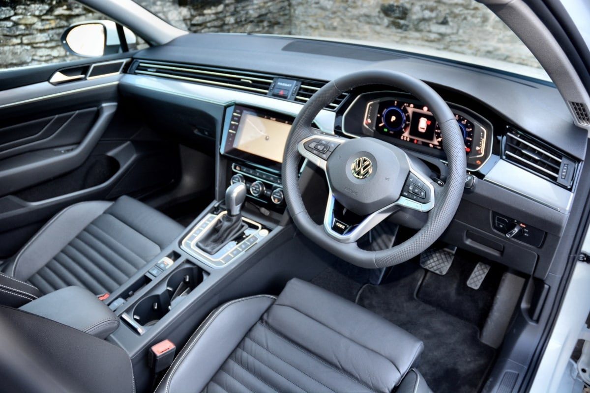 PD website road test VW Passat GTE front seat